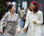 businesswomen-conversation-walking