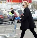 retail-store-Woman-empty-cart